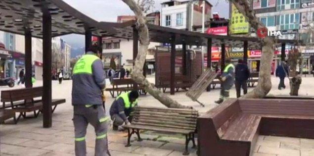 Denizli Büyükşehir Belediyesi ekipleri ise çareyi bankları sökmekte buldu.