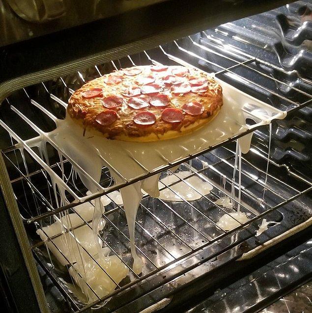 7. Paketin içinden çıkan plastik tabağı ile birlikte pişirilen bu pizzanın dramı!