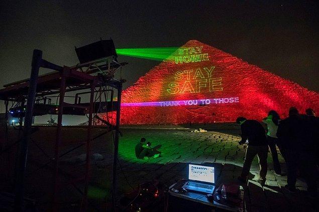 """Mısır Piramitlerine """"Evde kal"""" mesajı yansıtıldı"""