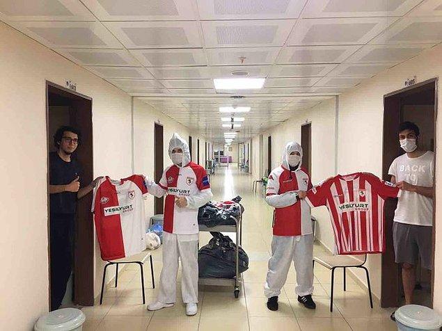 9. Samsunspor, İtalya'da erasmus programı kapsamında bulunan ve koronavirüs nedeniyle Samsun'a getirilen 401 öğrenciye Samsunspor forması hediye etti.