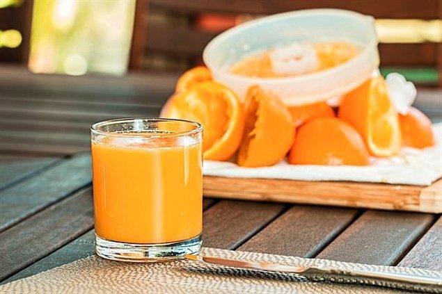 """9. """"En iyi tüyolardan bir tanesi de portakal suyu gibi asitli içecekler tüketmek. Düşük pH değeri tükürük miktarınızı artıracağı için oral seks yaparken yardımcı olacaktır."""""""