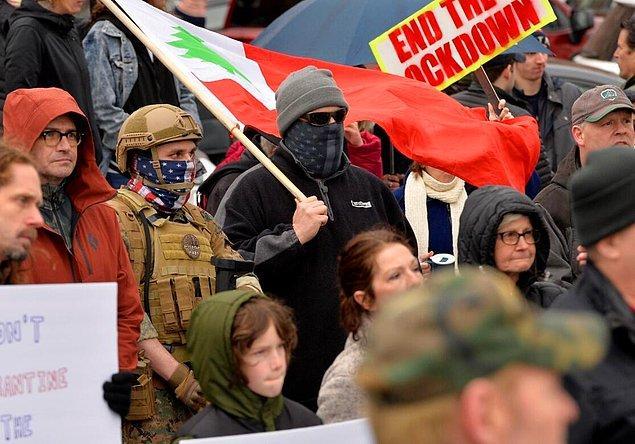 Göstericilerin çoğunun maske takmaması ve sosyal mesafe kurallarına uymaması da dikkati çekti.