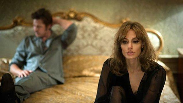 """11. """"Eski sevgilim beni uyuyor zannederken bir telefon görüşmesi yaptı. Dinledim ve başka bir kadın olduğunu öğrendim."""""""