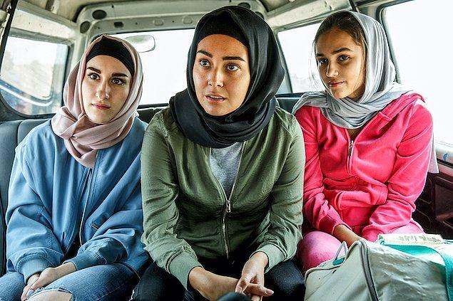 Daha 1 hafta önce seksten bahseden bir genç kızın 1 hafta içinde dönüşüp müslüman olmayan insanların öldürülmesi gerektiğini savunan tehlikeli birine dönüşmesi insanı ürkütüyor. Böylesine koşulsuz, kolay bir teslimiyetin olması ciddi anlamda dehşet verici.