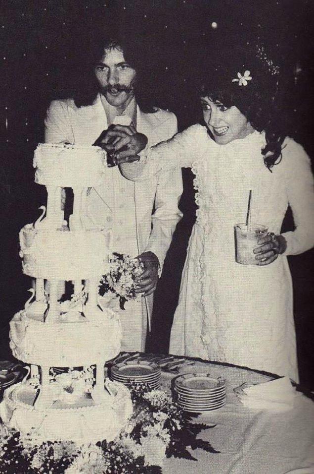 Takvimler 1961'i gösterdiğinde Grace, eski kapı komşusu Jerry Slick ile evlenir.