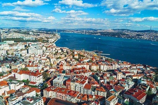 İstanbul'da yaşamak çok zor. Bu şehir insanın iliğini kemiğini kurutuyor desek yeridir. Her yer kalabalık ve bu kalabalıkta da hayatta kalma mücadelesi vermek insanı fazlasıyla yoruyor.