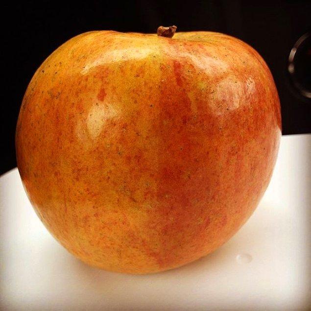 """3. """"Çünkü ona Pamuk Prenses'i hatırlatıyor. Ona, eğer bu elma onu saatlerce uyutabilecek olsaydı, bütün dükkanı boşaltmış olacağımı söyledim."""""""