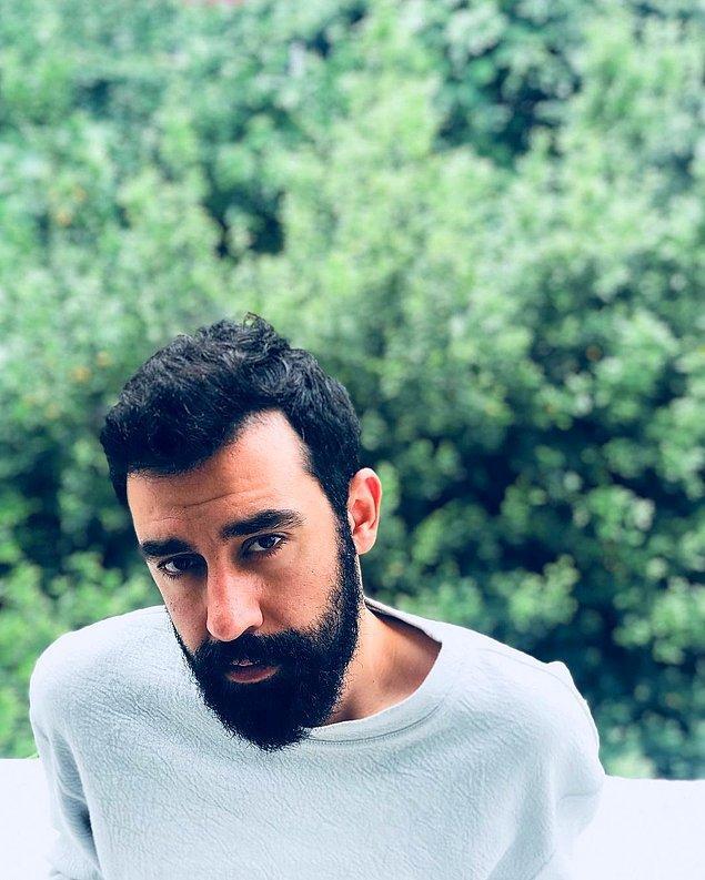 Melikşah Altuntaş 1987, İstanbul doğumludur. Sinema eleştirmenliği ve sinema içerikli yazdığı yazılarla tanınmış ve bununla beraber aynı zamanda Bant Dergisi'nin editörlerinden birisidir.