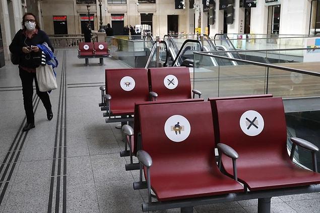 Paris'teki 'Saint-Lazare Tren İstasyonu'nda sosyal mesafeyi korumayı amaçlayan bekleme koltukları.