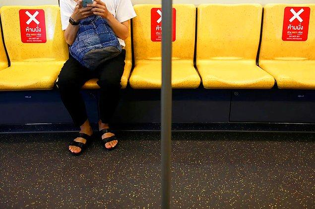 Bir Bangkok treninde sosyal mesafeyi belirten çıkartmalar.
