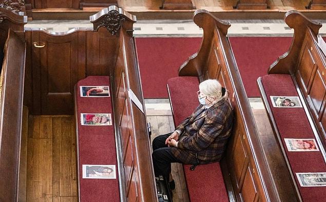 Almanya'nın Hamburg şehrinde karantina kısıtlamaları gevşetildikten sonra bir kadın. 'St. Michaelis Kilisesi'.
