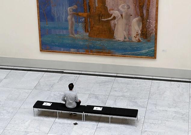 Brüksel'de yeniden açılmaya hazırlanan bir müze ve sosyal mesafeyi belirten etiketler.