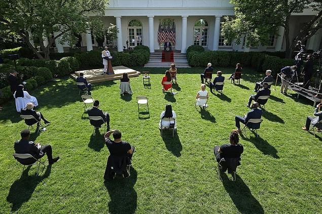 Beyaz Saray'ın gül bahçesinde etkinlik sırasında uygulanan sosyal mesafe.