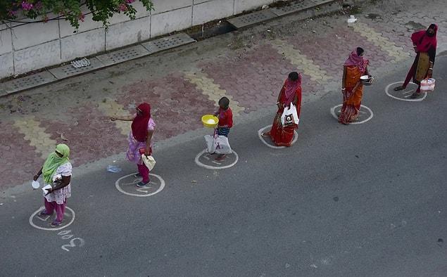 Hindistan'da 'Iskcon Tapınağı'nda yemek için sırada bekleyen insanlar.