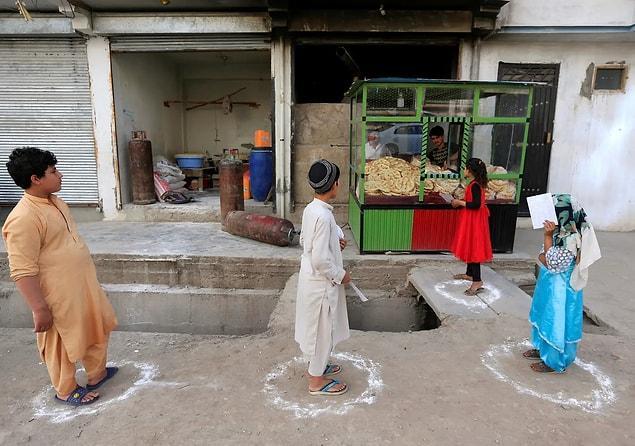 Afganistan'ın Jalalabad şehrinde ekmek almak için bekleyen insanlar.