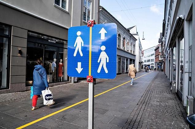 Danimarka'da insanların sosyal mesafe yönergelerine uymalarına yardımcı olmak için boyanan bir cadde.