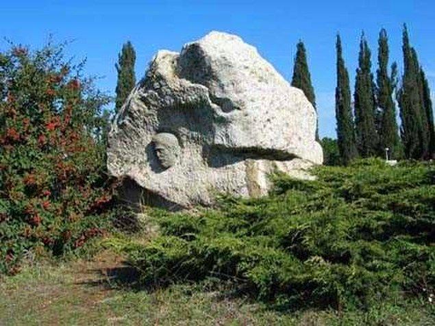 Bithynia Krallığı altında yaşarken Bursa şehrinin kurucusu olduğu da düşünülen ve hatta şehre ilk olarak su şebekesini getirttiği rivayet edilen Hannibal Barca'nın mezarının yeri bilinmiyor.