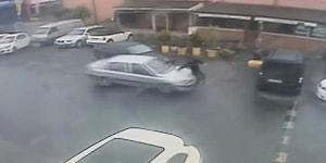 Şaka Olsun Diye Arkadaşının Üstüne Arabayı Süren Adam Yağmur Nedeniyle Kayınca Önce Arkadaşına Sonra Başka Araca Çarptı