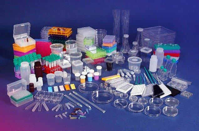 Ayrıca, teknolojimiz, mobilyalarımız ve diğer önemli ürünlerimiz için de plastiği kullanıyoruz.