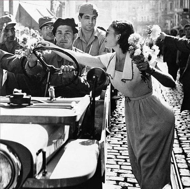 4. Halk İstiklal Caddesi'nde Kore'den dönen Türk askerlerini karşılarken, İstanbul, 1951.