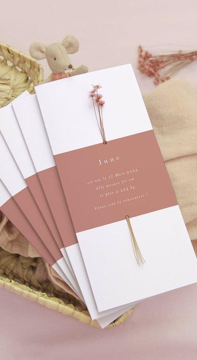 3. Minimalizm sevenler için minimal çiçeklerin kullanıldığı davetiyeler bir harika.