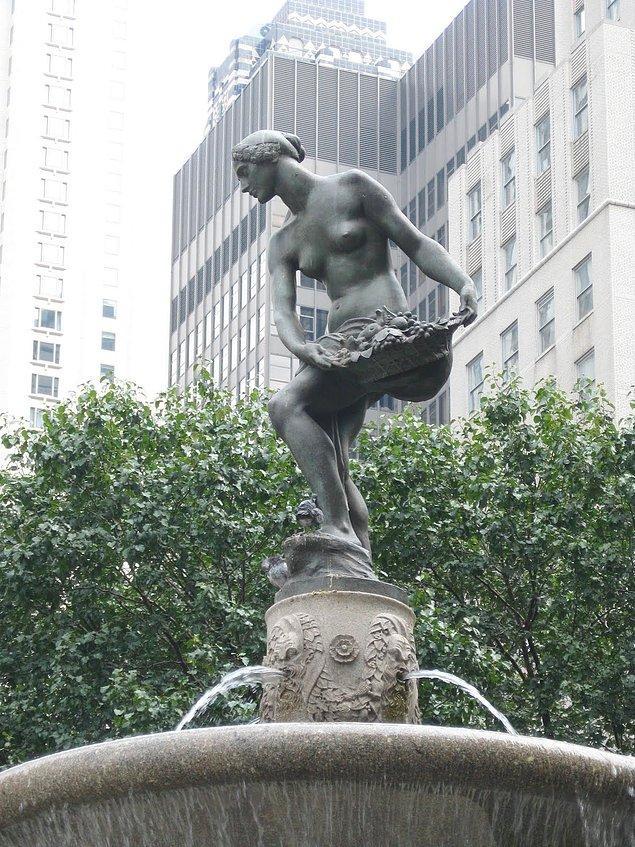 Önemli binalar, parklar, sokaklar bir akımın  etkisiyle hep heykellerle donatılmışlardır.
