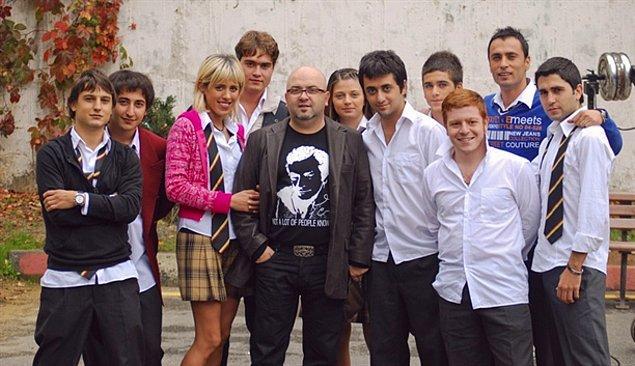Birol Güven'in yapımcılığını, Hamdi Alkan'ın yönetmenliğini üstlendiği 2000li yılların en çok izlenen dizilerinden birisiydi Arka Sıradakiler.