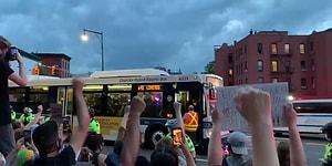 New York'ta Tutuklanan Protestocuları Taşımayı Reddeden Otobüs Şoförü Dakikalarca Alkışlandı