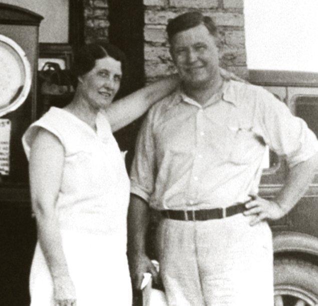 Ordudan ayrıldığı süreçte ilk eşi Josephine King ile hayatını birleştiren Harland Sanders bu evlilikten üç çocuk sahibi oluyor. Çiftin oğlu bir süre sonra hayatını kaybediyor.