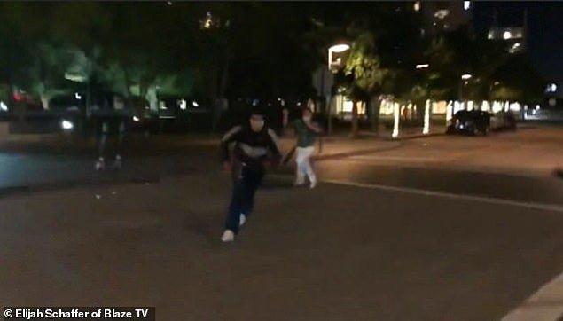 Videonun ilk saniyelerinde elinde pala benzeri kesici bir alet bulunan beyaz bir kişiye, protestocuların taş attığı görülüyor.