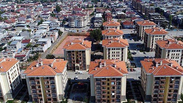 Türkiye'nin içinde bulunduğu ekonomik sıkıntılar nedeniyle ev sahibi olmak özellikle bu süreçte çok zor. Pahalı evler ve yüksek faiz oranları bu durumu daha da güç hale getiriyor.