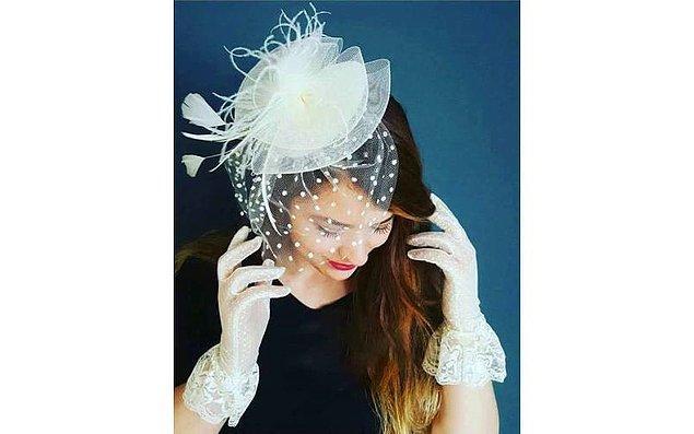 8. Nikahta elbise üzerine takılan şapkalar çok hoş duruyor.