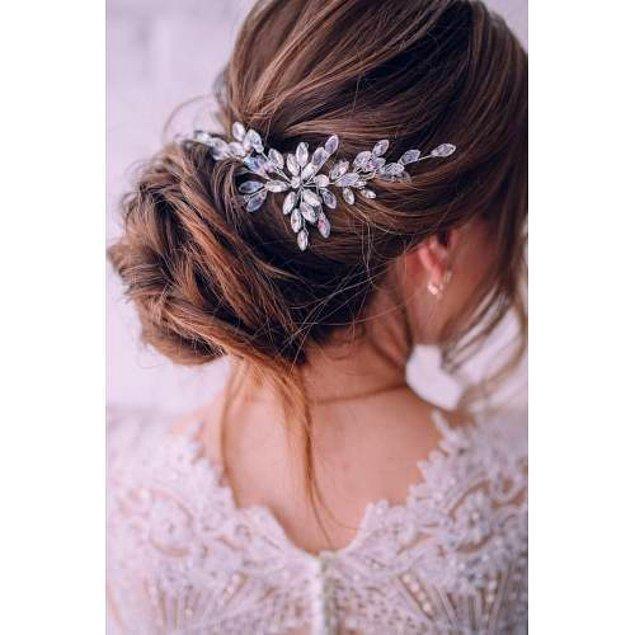 6. Aksesuarınızı saçınızın arkasında kullanacaksanız da çok zarif duran bir önerim var: