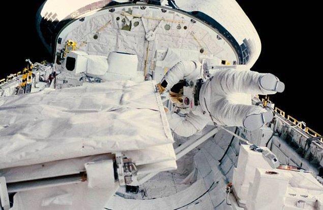 11 Ekim günü Sullivan, görev arkadaşı Leestma ile birlikte 3 buçuk saatlik bir uzay yürüyüşü gerçekleştiren Sullivan, uzayda yürüyen ilk Amerikalı kadın olmuştur.