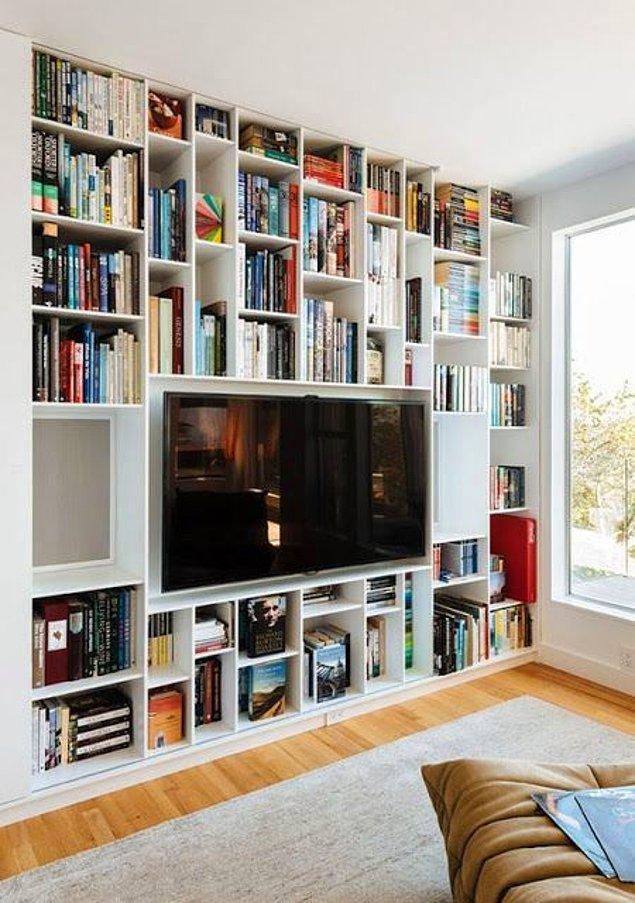 3. Duvardan duvara bir kitaplık olsun ama televizyonsuz da olmasın diyenleri buraya alalım.
