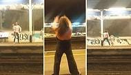 Metro İstasyonunda Karşılıklı Olarak Dans Kapışması Yapan İkilinin Muhteşem Eğlenceli Anları