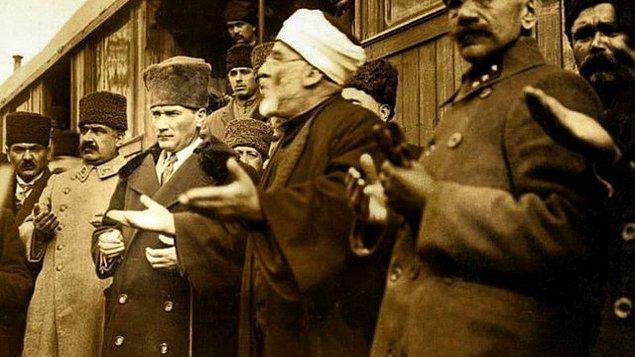 Atatürk, bir gün Diyanet İşleri Başkanı Rifat Börekçi'den, kurban bayramında kurban kesilmesi yerine hayır kurumlarına bağış yapılması usulünün konması hakkında ne düşündüğünü sorar.