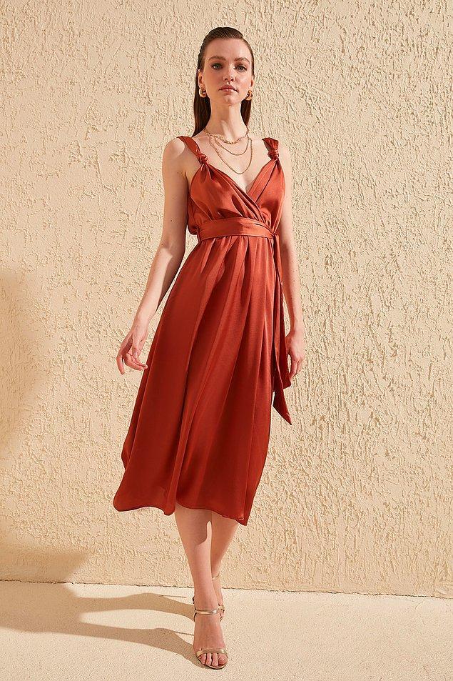 1. Bu elbiseye bayılıyorum, tarçın renginin ne yazık ki bedeni hemen tükeniyor. O yüzden hala alamadım ama bu ay benim olacak diye umuyorum. Olmadı turuncusunu alacağım ne yapalım :)