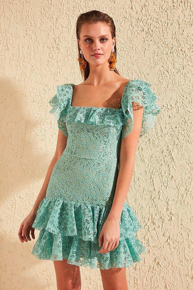 8. Romantik giyinmeyi sevenler için bu dantelli elbise çok keyifli bir seçenek olacaktır. Hasır çanta ve aynı renk düz sandaletlerle gündüz rahatlıkla kullanabileceğiniz bu elbiseyi, topuklu bir sandalet ve kibar sallantılı bir küpe ile gece de değerlendirebilirsiniz.