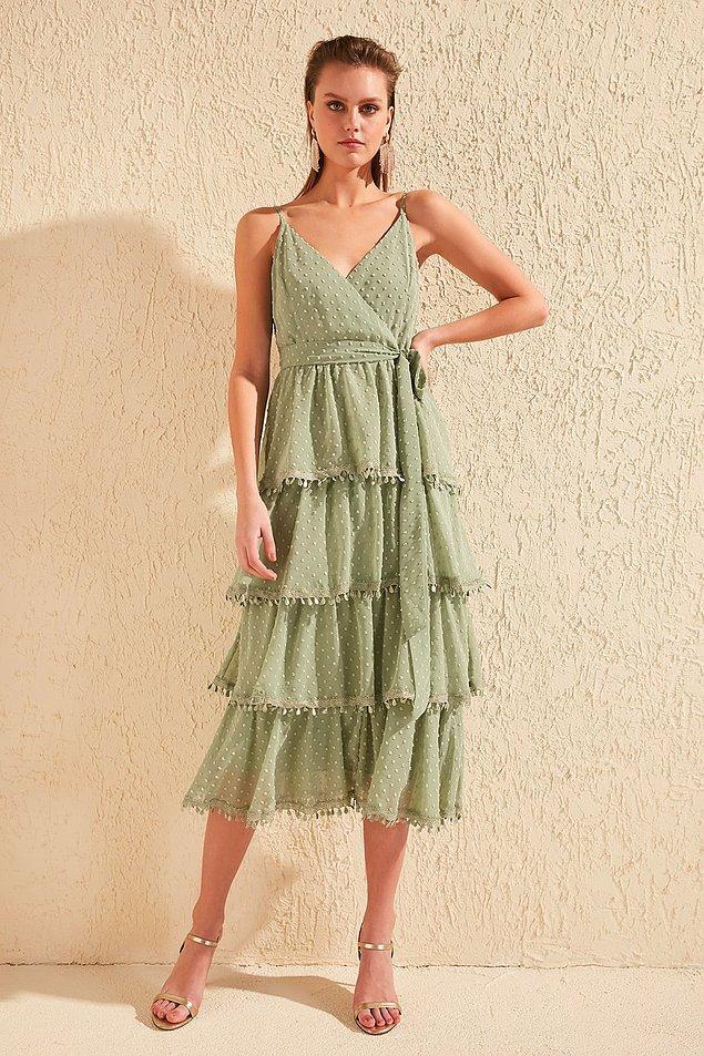 9. Yeşilin başka tonundan devam edelim o zaman. Fırfır detaylı bu elbise de altına seçeceğiniz ayakkabıya göre hem gündüz hem de gece rahatlıkla kullanabileceğiniz bir model.