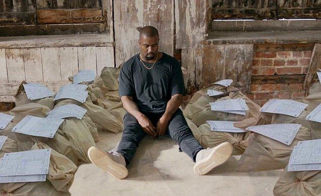 13. 4 kasım 2020, Kanye West, oy çuvallarının başında nöbet tutuyor, Chicago