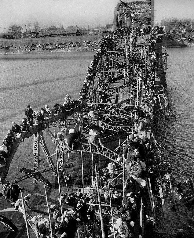 7. Yıkılan köprü üzerinden ülkeden kaçmaya çalışan Kuzey Koreliler.