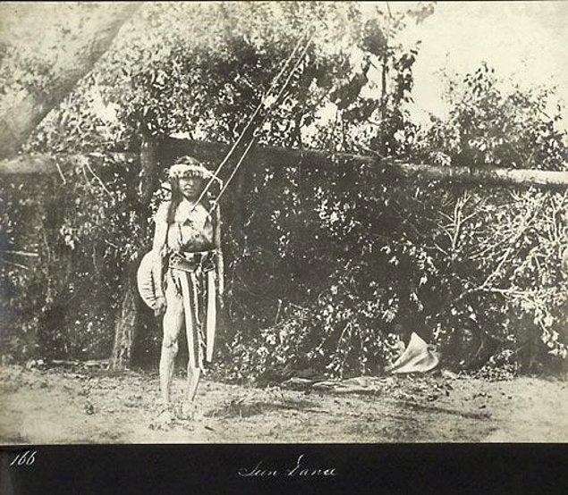 Kızılderili kabilelerde meydana gelen bu dini ritüelde kabile erkekleri vücutlarına şişler geçiriyor ve 8 gün boyunca bu şekilde dolaşıyor.