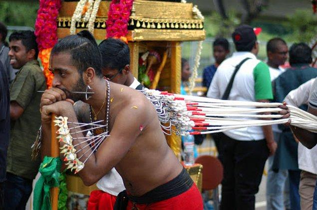 Güney Hindistanlıların gerçekleştirdiği bu ritüelde, erkekler vücutlarına büyük piercingler taktırıyor.