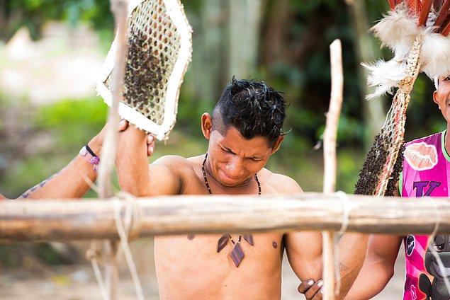 Brezilya'da yaşayan erkekler, çok acı dolu bir ritüeli gerçekleştirmek zorunda...