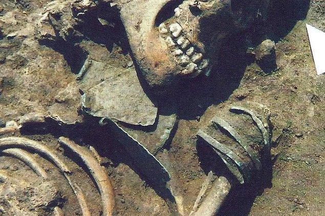 Ekip daha sonra süs eşyalarıyla gömülen bu kişilerin kemiklerinde belirgin oranda karbon izotopu bulunduğunu kaydetti. İzotopların sığırlarda da gözlemlenmesi, bu insanların yerli sığırları yediği anlamına geliyordu.