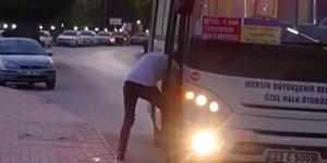 Otobüsü Durdurup Ayakkabısının Bağcıklarını Bağlayıp Yürümeye Devam Eden Genç