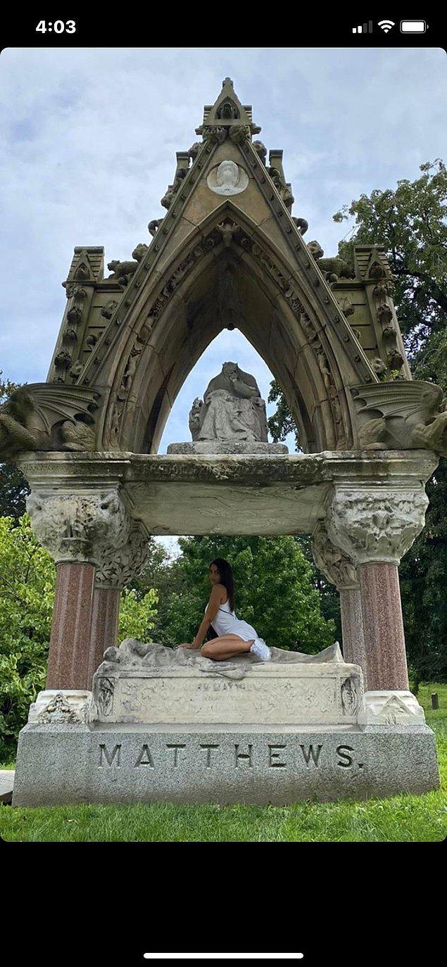 """6. """"Bilirsiniz...Anıt mezarlara saygı göstermenin bir yolu da bacaklarını ayırıp üzerine oturarak fotoğraf çekmektir."""""""