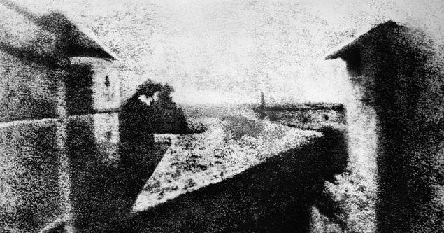 İlk olarak 19 Ağustos 1839'da dünya tarihine kazandırılan ilk fotoğraf karesi yaklaşık 8 saatlik bir çabanın ardından ortaya çıkmıştı.