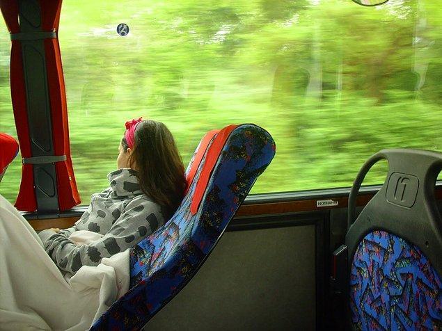 32. Koltuğun neredeyse kucağınızda uyuyacak şekilde yatıran teyze.